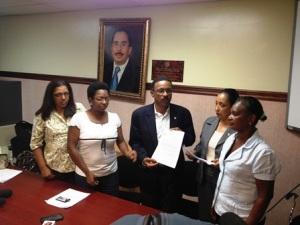 La comisión de la ANC entrega el documento.