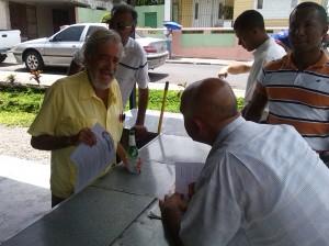 Ciudadanos con Guillermo en proselitismo en Los Pepines, Santiago.