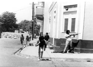 Mujeres fusil en manos, defendiendo la zona constitucionalista.