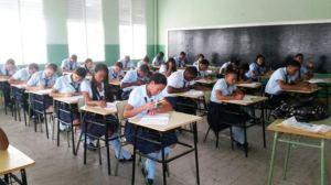 Estudiantes recibiendo exámenes. Foto Minerd.