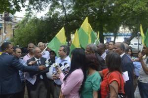 Fidel Santana ofrece declaraciones en el sector San Carlos.