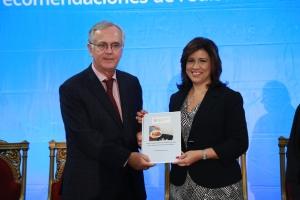 La vicepresidenta Margarita Cedeño recibe de Gero Vaagt, representante de la FAO, el informe del estudio.