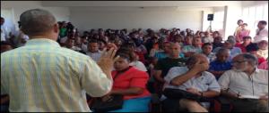 Luis Carvajal dirige los debates.