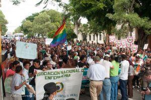 Vista parcial de participantes en la caminata al Palacio Nacional. Foto Lorena Espinoza.