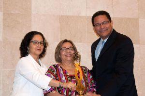 Magaly Pineda, directora del CIPAF, recibe el Premio GEM-TECH 2014 de parte del presidente del Indotel, Gedeón Santos, y de la Jefa de Misión de ONU Mujeres en República Dominicana, Clemencia Muñoz, durante un acto en la Cancillería. Foto Indotel.