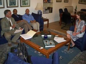 Integrantes del Comité conversan con la representante de la embajada mexicana.