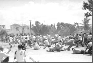 Estudiantes tratan de protegerse de las balas asesinas.