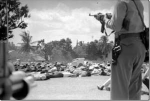 Policías apuntan sus armas hacia los estudiantes