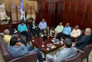 El canciller Navarro reunido con el embajador Silié y los cónsules.