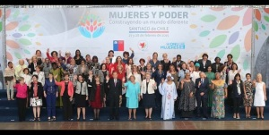 """Participantes en el acto de alto nivel """"Las mujeres en el poder y en la toma de decisiones: construyendo un mundo diferente"""", posan para una fotografía en grupo. Fotografía: ONU Mujeres/Mario Ruiz."""