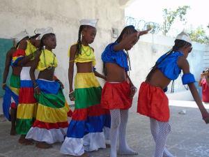 Grupo artístico con música del folclore de Anse-à-Pitres que participó en el acto.
