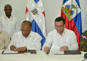 Brutus (izq) y Navarro firman los acuerdos.