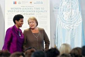 """La Directora Ejecutiva de ONU Mujeres Phumzile Mlambo-Ngcuka, y la Presidenta de Chile, Michelle Bachelet, en la ceremonia de clausura de la reunión de alto nivel """"Las Mujeres en el Poder y la Toma de Decisiones: Construyendo un Mundo Diferente"""", celebrada en Santiago de Chile los días 27 a 28 febrero 2015. Foto: ONU Mujeres/Mario Ruiz. http://www.unwomen.org/es."""