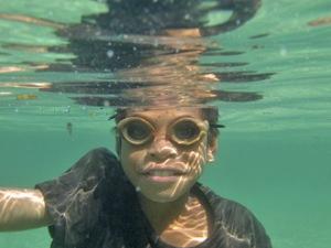 Un joven pescador en gafas de madera en la isla Atauro, Timor-Leste. ONU/Martine Perret.