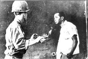 Sr.-Jacobo-Rincón-conocido-como-Senén-enfrentando-a-un-soldado-norteamericano-revolucion-de-abril