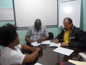 El acuerdo fue firmado por Román Batista (der) y Andrés Mora Vallejo.